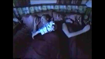Мъж Пърди В Семейното Легло