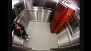 """Хора си """"умират' от смях в асансьора - БУКВАЛНО! :D"""