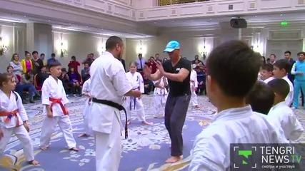 Ето как посрещат екшън звездата Жан Клод Ван Дам в детска школа по карате
