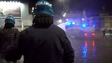 Italy: Police use water cannons and tear gas to disperse Rome rally against COVID restrictions