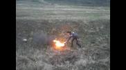 Експлозия на бутилка газ във горяща гума