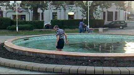 Луд дядо се къпе във фонтана на Тройката в Бургас
