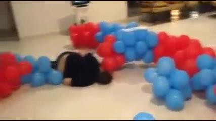 Смях ... Какво става когато скочиш върху 200 надути балона