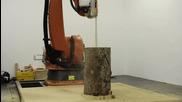 Страхотен робот трион изрязва столче от дърво!