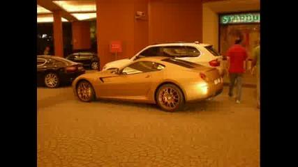 Ферари покрито с чисто злато заснето в Дубай