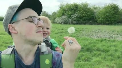 Баща забавлява детето си като духа глухарчета