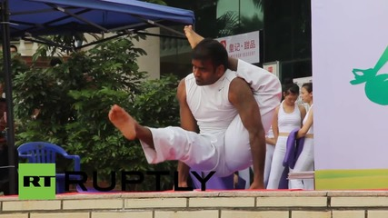 Китай: Хиляди бременни жени участват в открито практикуване на йога по случай деня на Майката