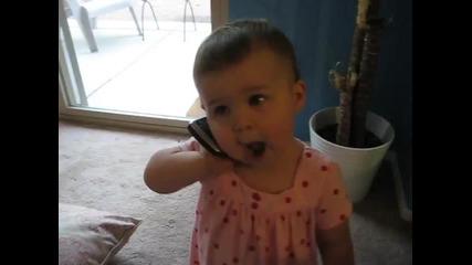 Бебе говори по телефона ..
