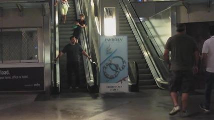 Пич спира ескалатора, а останалите се чудят какво става