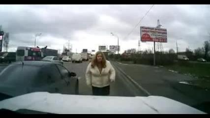 Едра рускиня побеснява, след инцидент на пътя !