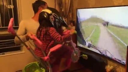 Този баща знае как истински да забавлява детето си !