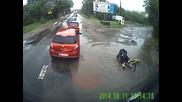Колоездач заби лице в асфалта заради улична дупка :)