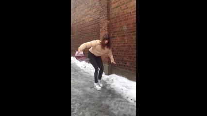 Голям смях: Ето защо върху лед не се ходи с токчета!