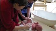 Как Да Изкъпем Новородено Бебенце И Да Го Успокояваме,когато Плаче.