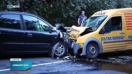 Двама пострадали при челен удар между две леки коли край Симитли