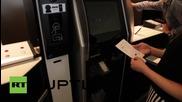 Рободинозавър обслужва гостите в японски хотел с персонал от андроиди