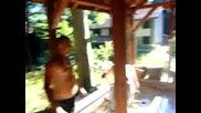 Пийнали Момчета Се Къпят На Чешмата