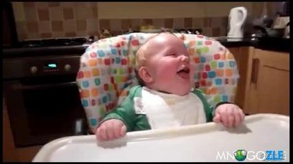 Бебок се смее на баща си