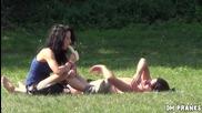 Неудобна ситуация ! Мацки възбуждат мъже в парка , като лапат банан и ги гледат право в очите !