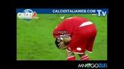 Футболист удря песник на съотборника си! Смях