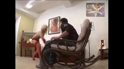 Люлеещ се стол с изненада, Скрита камера