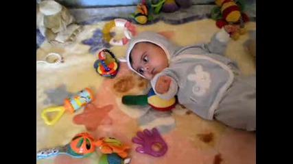 Коко Си Играе С Дрънкалките