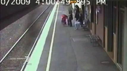 Забляна майка изтърва бебето си под влак