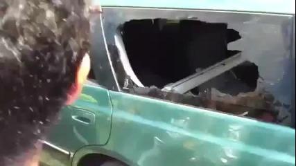 Човек чупи стъкло на кола с пръст !
