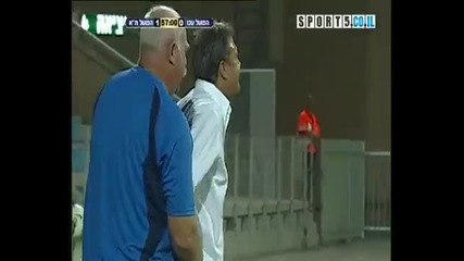 Футболист чупи ръката на треньора си.