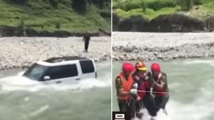 Китаец реши да спести от автомивка, загуби колата си в РЕКА