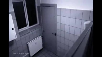 Момиче пребива момче в тоалетната, понеже не иска да и пусне