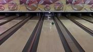 Пич показва абсолютно смайващ трик в играта на боулинг !
