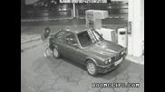 Жена зарежда на бензиностанция