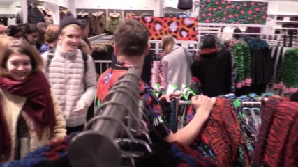 Russia: Muscovites queue for launch of Kenzo's H&M collection