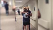 Паралезирано момиче се изправя вижте реакцията на неподозиращата медицинска сестра