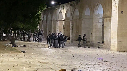 East Jerusalem: Israeli officer pushes journalist to the ground during clashes at Al-Aqsa mosque