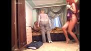 Жена се връща от работа и свари мъжа си със стриптизьорки