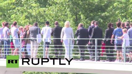 Германия: Ангела Меркел раздава автографи в Берлин