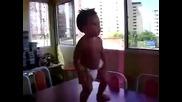 Бебе танцува страхотно. Смях! Пълна лудница! Господари на ефира и на интернета!