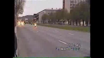 Моторист се блъска в патрулка !