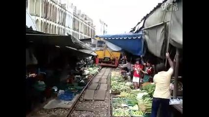 Пазар до влаковите релси!