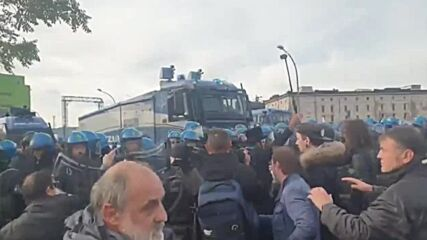 Italy: Police clash with anti-Green Pass protesters in Trieste