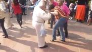 Дядо заклет рокаджия захвърли бастуните си по време на танц !