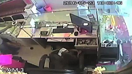 India: Monkey robs jewellery shop in spactacular heist