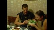 Хранене на голямо бебе с торта и лигавник