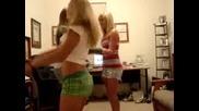 Три подпийнали красавици се кълчат пред камера