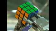 Робот Сглобява Кубчето На Рубик