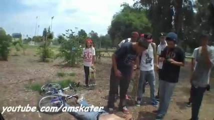 Пиян човек скача с колело и се пребива!