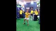 Готина фенка на Бразилия показва завидни умения с топка