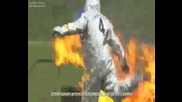 Подпалват Фабрегас и той си прави крачета с топка